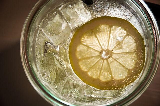 Zitrone in einem Gin Tonic