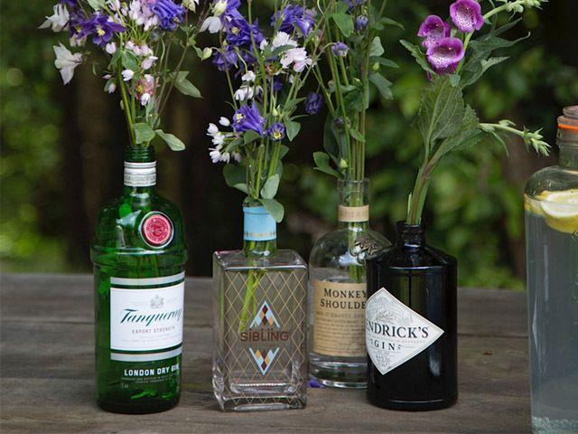 leere Gin Flaschen als Blumenvase DIY