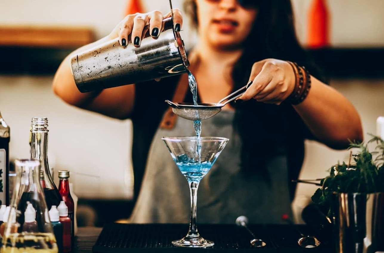 Aviation Cocktail vor Sonnenuntergang