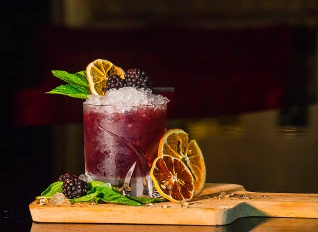 Bramble Cocktail mit Brombeeren