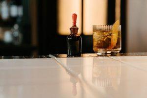 gelber Cocktail mit Eis und Beefeater Gin