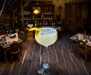 Bee's Knee'S Cocktail mit Monkey 47 Gin