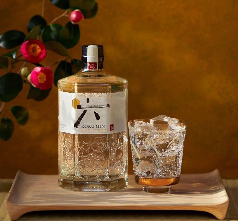 Roku Gin mit Cocktail auf Holzbrett