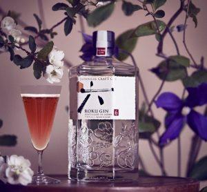 Roku Gin Flasche mit Sakura Fubuki Cocktail
