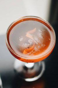 oranger Gimlet Cocktail mit Windspiel Gin