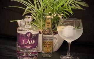 1 Flasche LAW Gin mit einem Tonic Water