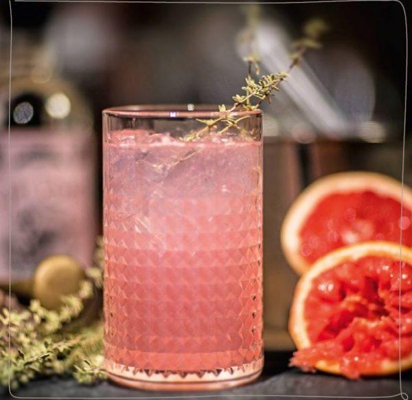 Gin Rouge Mosel Gin Tonic mit Thymianzweig