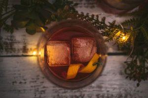 Negroni Cocktail mit 2 Eiswürfeln und Burgen Gin