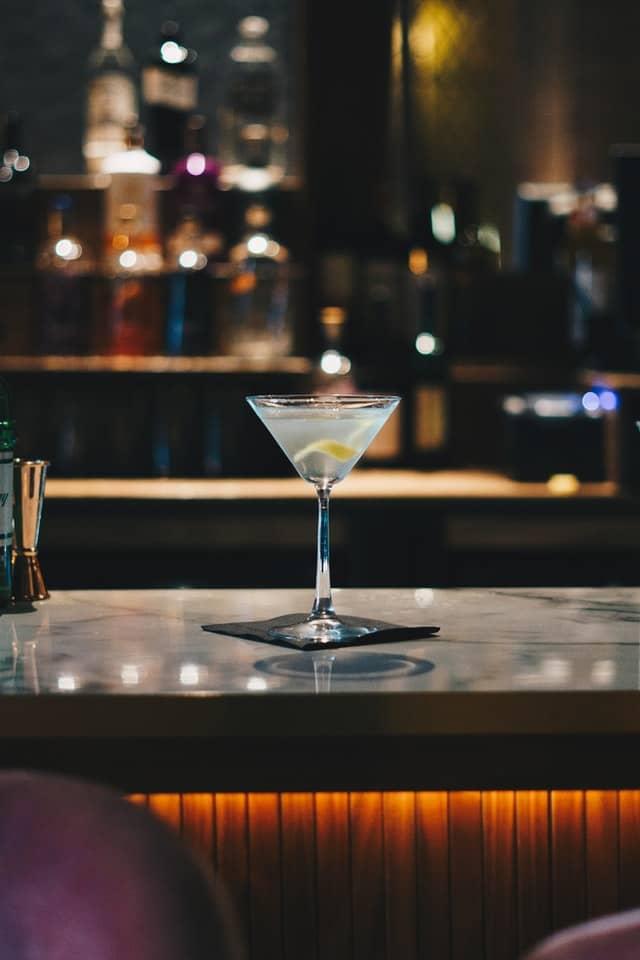 Dry Martini mit Brooklyn Gin und Zitronenzeste