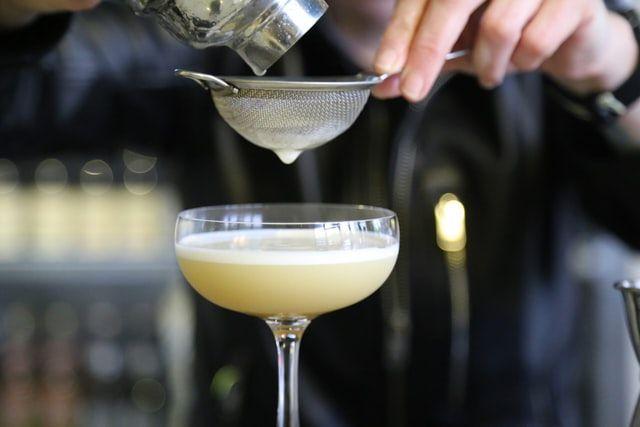 Copperhead Gin Cocktail mit Sieb und Shaker