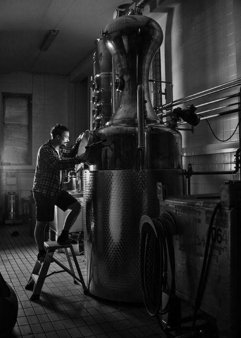 Kalle beim Blick in den Brennkessel des Kyrö Gin