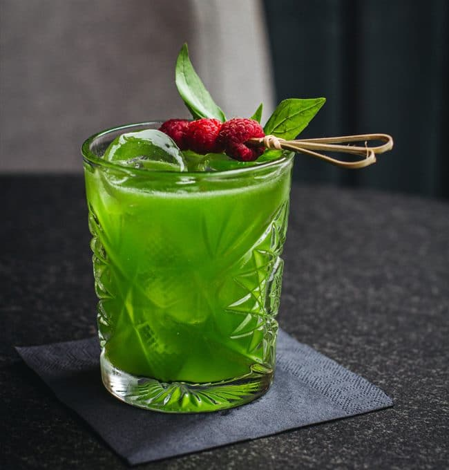 Gin Basil Smash Cocktail Rezept mit Basilikum