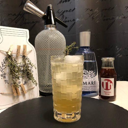 Ein Lemon-Thyme Gin Fizz
