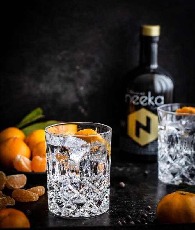neeka Dry Gin Flasche mit Gin Tonic