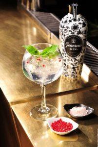 Generous Gin Tonic mit rotem Pfeffer & Himilajasalz