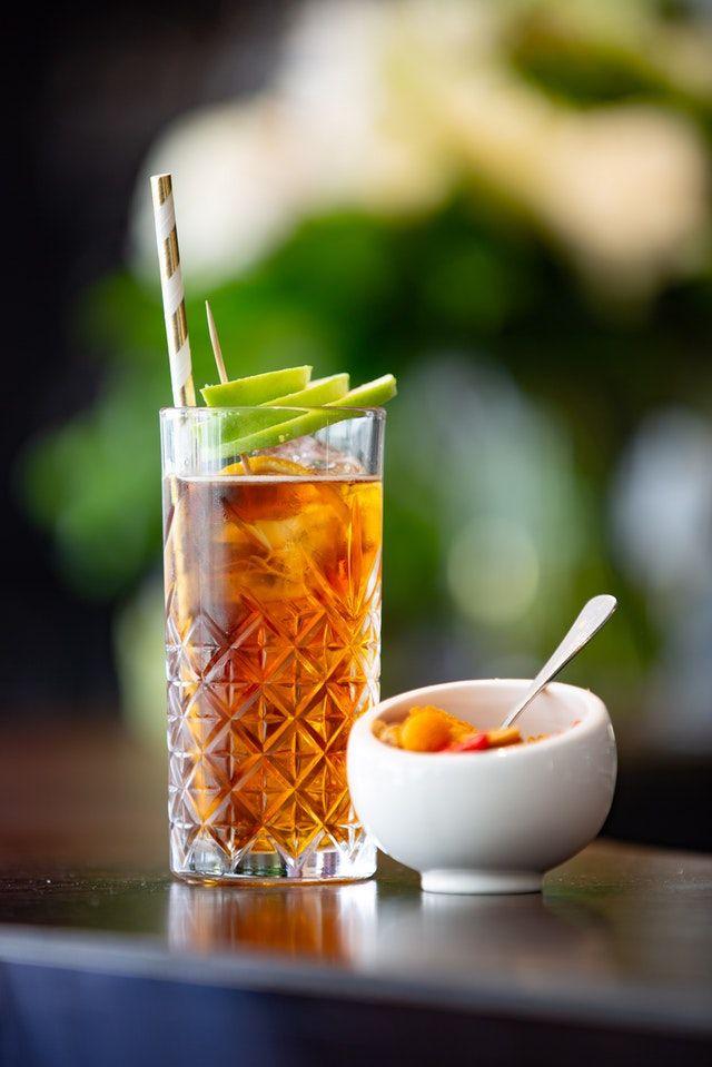 Cocktail in einem Highball Glas mit Trinkhalm aus Papier