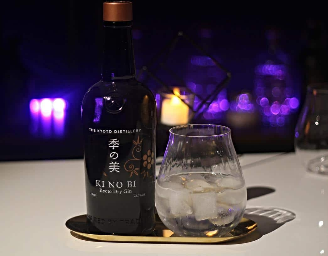 KI NO BI Kyoto Gin mit Glas auf Tablett