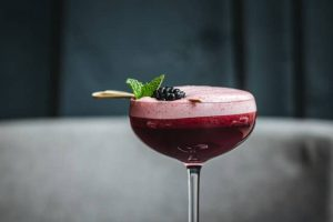 roter Clover Club Cocktail mit WUTACH Wildberry Gin