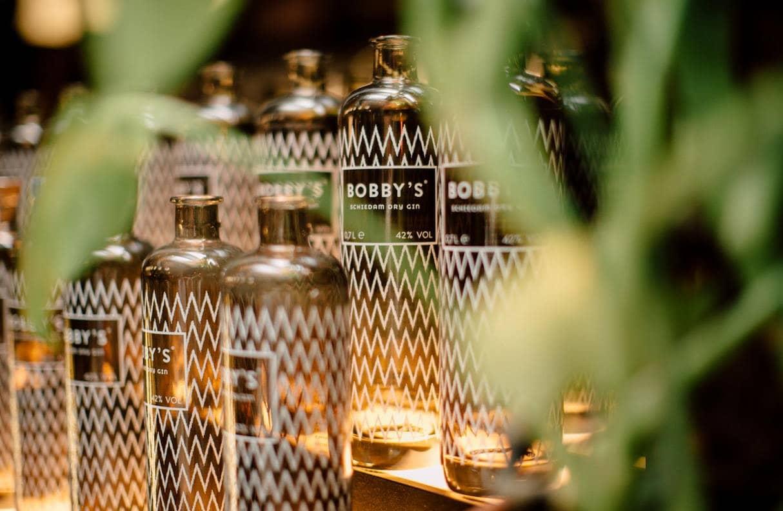 Gin Flaschen mit Bobby's Schiedman Dry Gin zum Tasting