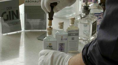 Versiegelung von Gin Flaschen aus der Abonauten Genussbox