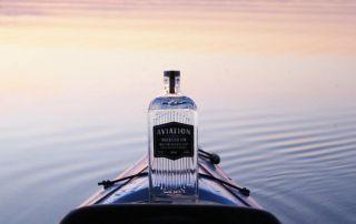 Aviation Dry Gin auf dem Wasser