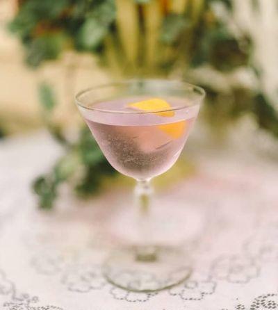 Ein Cocktail mit Aviation Gin und Zitronenzeste