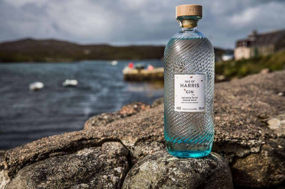 Isle of Harris Gin Flasche vor dem Meer im Test & Tasting